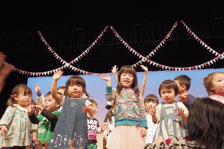 ステージで子供たちと